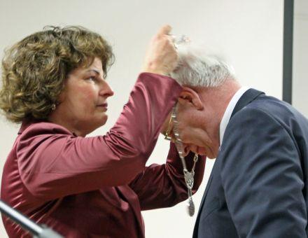 De heer Dekker krijgt voor de laatste maal de ambtsketen omgehangen bij zijn afscheid als burgemeester Renswoude