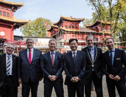 Chinese Ambassadeur op werkbezoek in Ouwehands Dierenpark